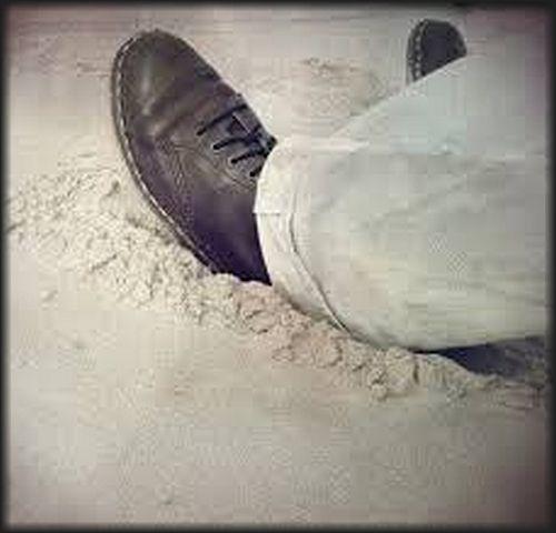 Hakken in het zand steken